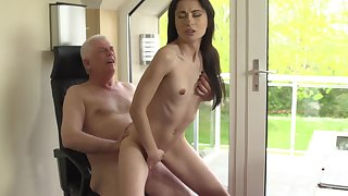 Sexy young babe residuum up getting laid with her grandpa